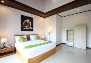 A bed or beds in a room at Casa Kisi Villa Legian