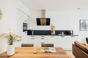 A kitchen or kitchenette at Damrak Short Stay Amsterdam