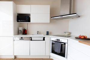 A kitchen or kitchenette at Maison appartement Paris Buttes Chaumont Jourdain