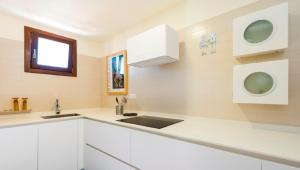 A kitchen or kitchenette at Cardiff luxury apartment