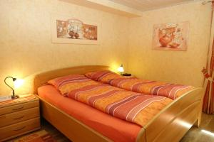 Ein Bett oder Betten in einem Zimmer der Unterkunft Ferienwohnung Burg Katz