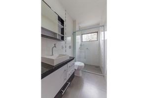 A bathroom at Apto reformado em Jurerê Tradicional PSD103