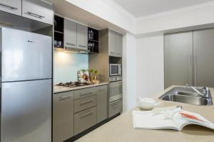 A kitchen or kitchenette at iStay River City Brisbane