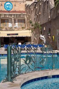 Het zwembad bij of vlak bij White Dolphin Complex