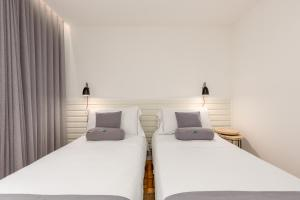 A bed or beds in a room at Feel Porto Vintage Townhouses