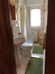A bathroom at Grazioso appartamento Scanno