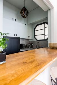 A kitchen or kitchenette at Veeve - Light Ochre