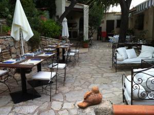 Ein Restaurant oder anderes Speiselokal in der Unterkunft Villa Fabregas