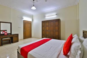 A bed or beds in a room at OYO 340 Nareen Furnished Apartments