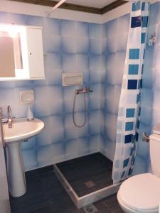 A bathroom at StudiosKALITHEA