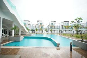 The swimming pool at or near Kayangan Villa Melaka by Cobnb