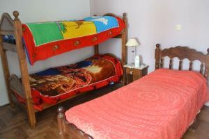 Una cama o camas cuchetas en una habitación  de Departamento para familias (6 personas) totalmente equipado