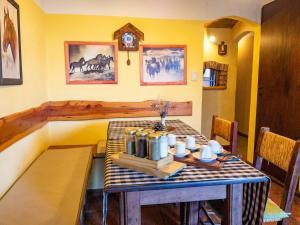 Un restaurant u otro lugar para comer en Reina Mariana