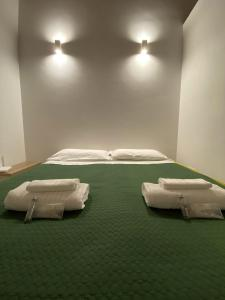 A bed or beds in a room at Chapeau