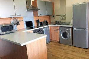 A kitchen or kitchenette at Wingfield Apartment