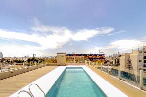 The swimming pool at or near Maravilloso Estudio en La Boca