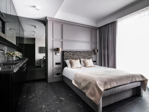A bed or beds in a room at Empire Apart OVO