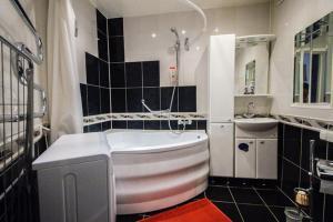 A bathroom at Apartment Studio on Nezavisimosti 57