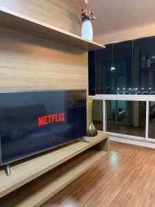 A television and/or entertainment centre at ESPETACULAR Apto 02 Qtos na Praia de Camburi