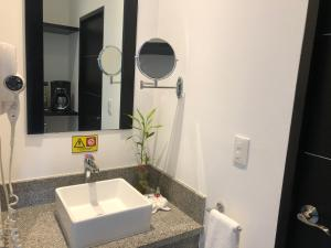 A bathroom at Suites Malecon Cancun