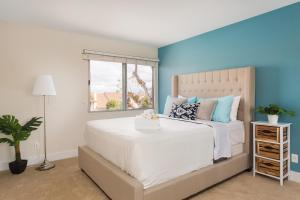 A bed or beds in a room at GASLAMP & CONVENTION CENTER 2 BEDROOM SUITE