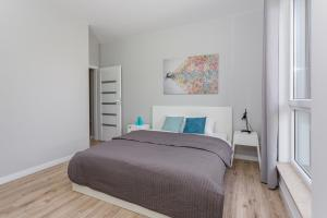 A bed or beds in a room at Chill Apartments Mokotow Business Park