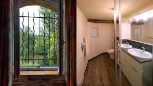 Salle de bains dans l'établissement Les Gîtes du Moulin de moussu