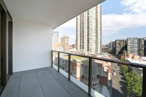Ein Balkon oder eine Terrasse in der Unterkunft Modern Apartment in Sydney's Darling Harbour CBD