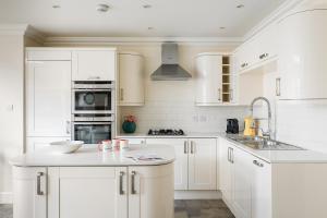 A kitchen or kitchenette at PickThePlace Kensington Gardens Villa