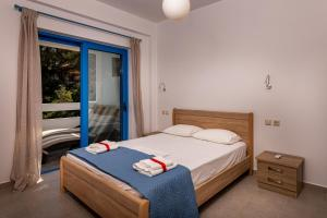 A bed or beds in a room at Mikro Nisi Studios