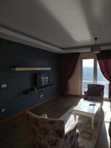 Телевизор и/или развлекательный центр в MYY Suites