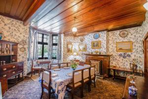 A restaurant or other place to eat at Northwood Cottage by Vista Rooms