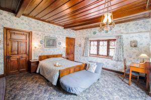 A bed or beds in a room at Northwood Cottage by Vista Rooms