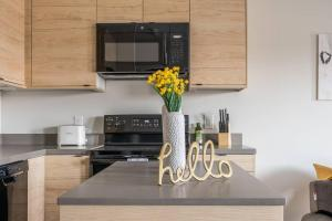 A kitchen or kitchenette at Spacious 2BR Apt in Capitol View South with Parking