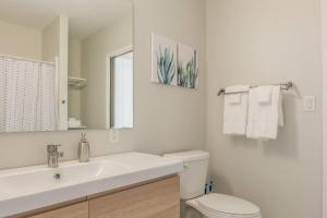 A bathroom at Open 1BR Apt in Capitol View South with Parking