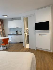 A television and/or entertainment center at BB Hotels Aparthotel Isola