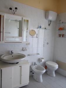 A bathroom at Difrontealmare Apartments