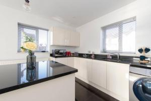 A kitchen or kitchenette at Luxury Cosy House with garden and parking- North West London less than 30 mins to Oxford Circus