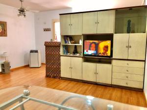 Una televisión o centro de entretenimiento en San Nicolás