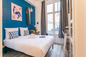 A bed or beds in a room at Apartments WS Marais - République