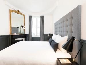 A bed or beds in a room at Luxury 4 Bedrooms Opera Lafayette III by Livinparis
