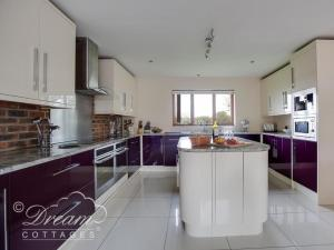 A kitchen or kitchenette at Baytree Lodge