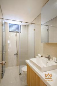 A bathroom at Luxy Park Hotel & Apartments-City Centre