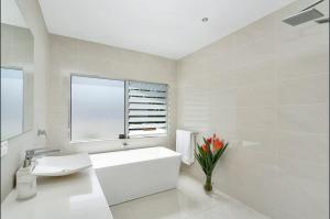 A bathroom at Hilltop Rainforest Retreat