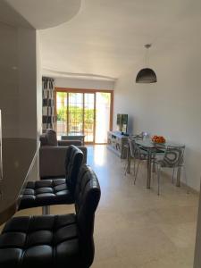 Een zitgedeelte bij El Beril and Altamira apartments