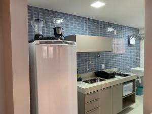 A kitchen or kitchenette at Excelentes Duplex Maceió