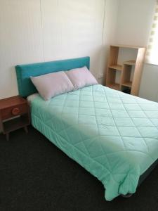Cama o camas de una habitación en OVEJA NEGRA CABAÑAS