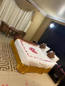 A bed or beds in a room at درة المتميزون للوحدات السكنية 3
