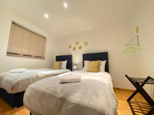 A bed or beds in a room at Imperial Mews House