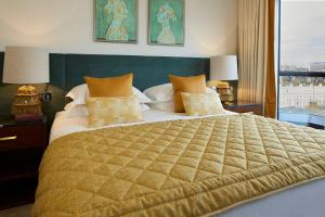 A bed or beds in a room at Cheval Gloucester Park at Kensington